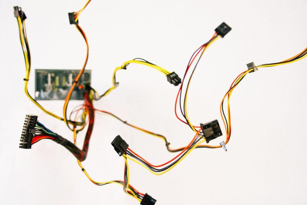 Verschiedene Kabel und Stecker bilden ein Netzwerk