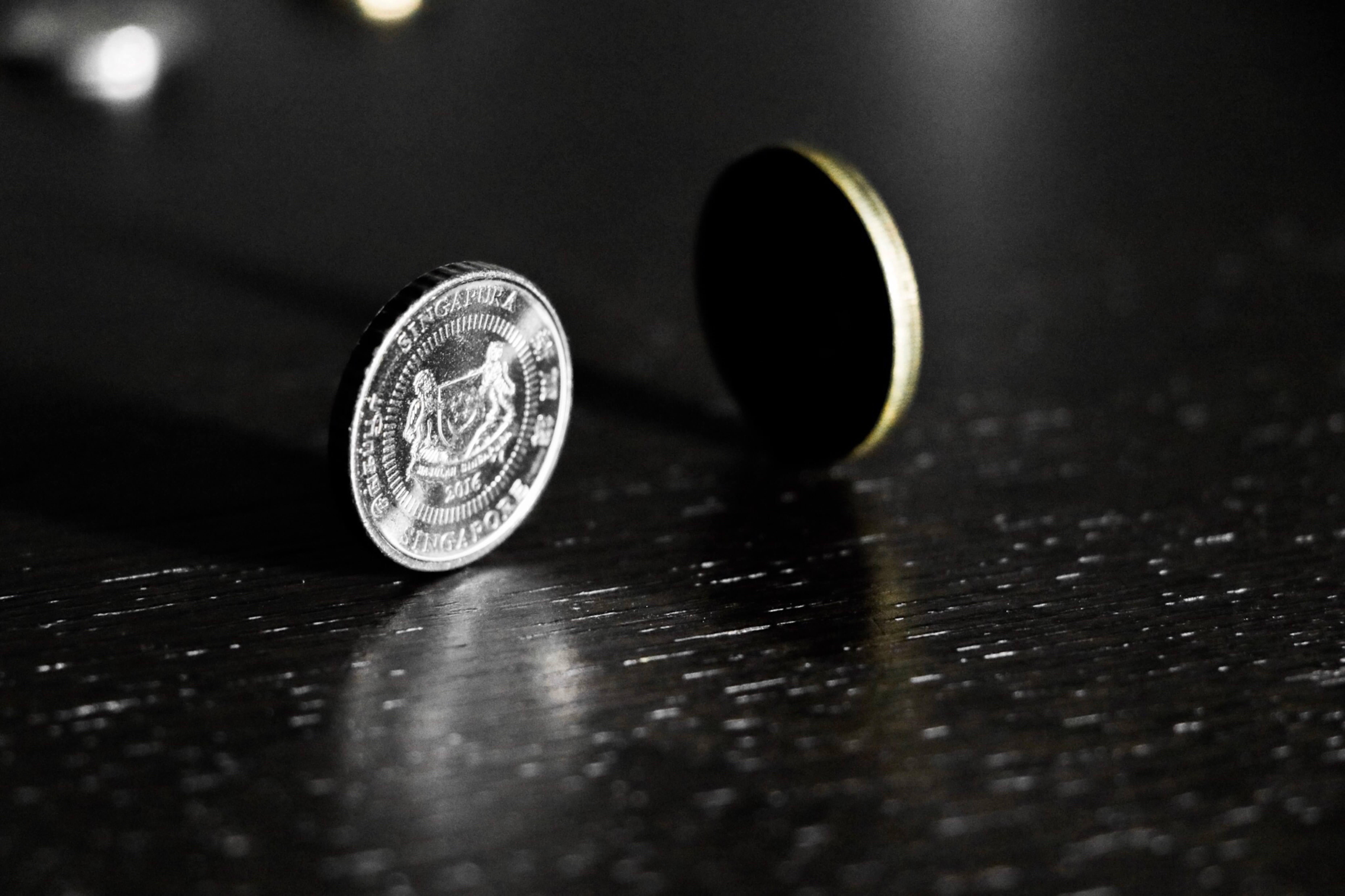 Münzen auf dem Tisch stehend.