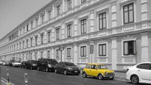 Gelbes Auto in schwazweißer Umgebung ist besonders