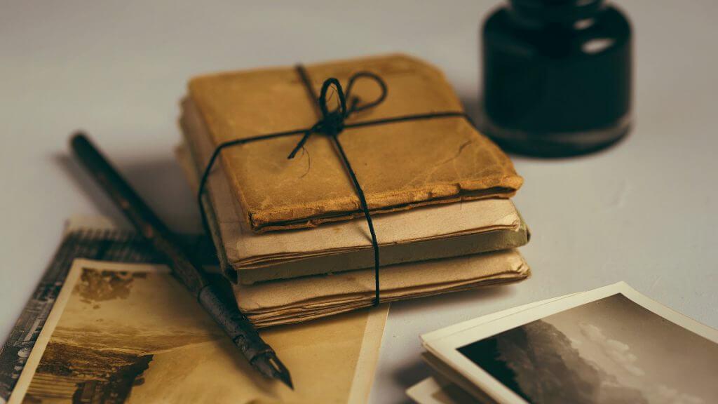 Stapel alter Briefe mit Stift und Tintenfass