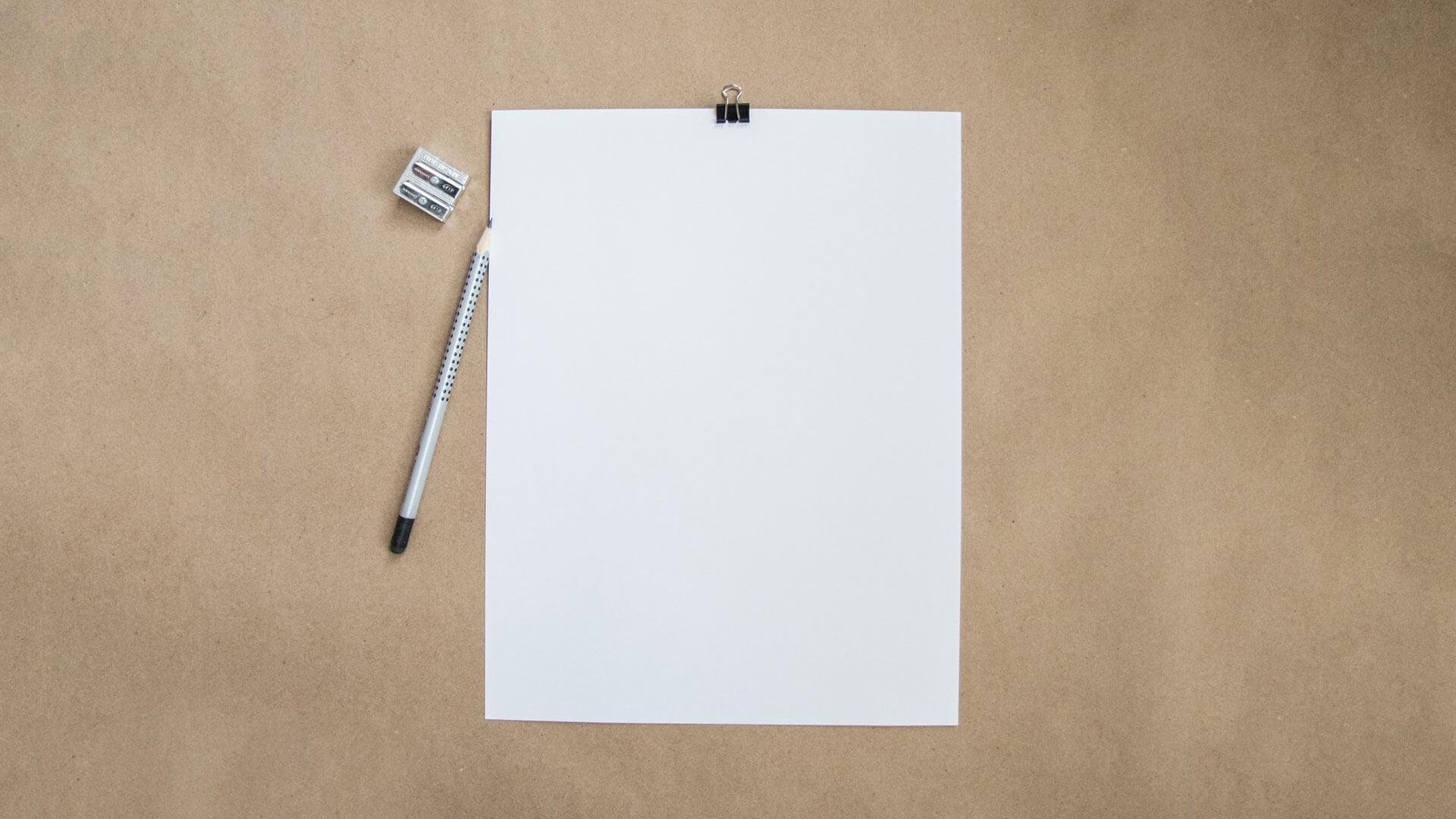 Weißes Blatt mit gespitztem Stift und Spitzer