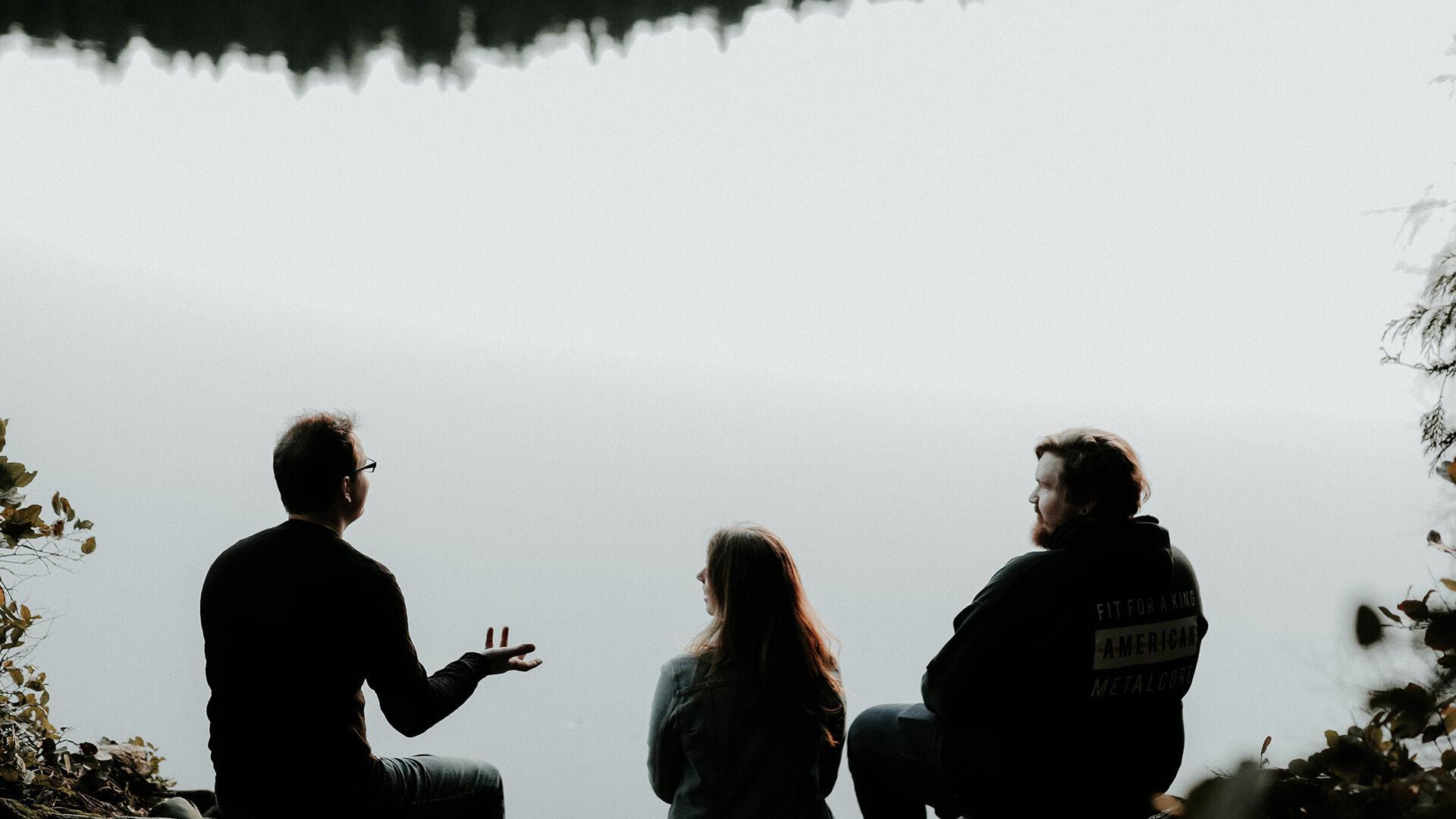 Silhouette von Menschen, die sich im Gespräch inspirieren lassen