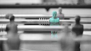 Individualität: Blaue Figur unter vielen grauen Figuren