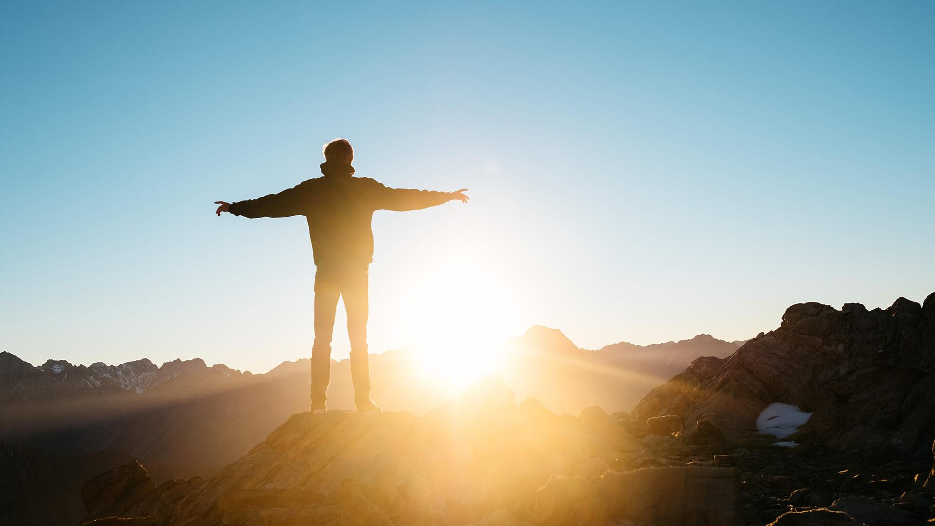 Wer bin ich? Person auf einem Berg stehend