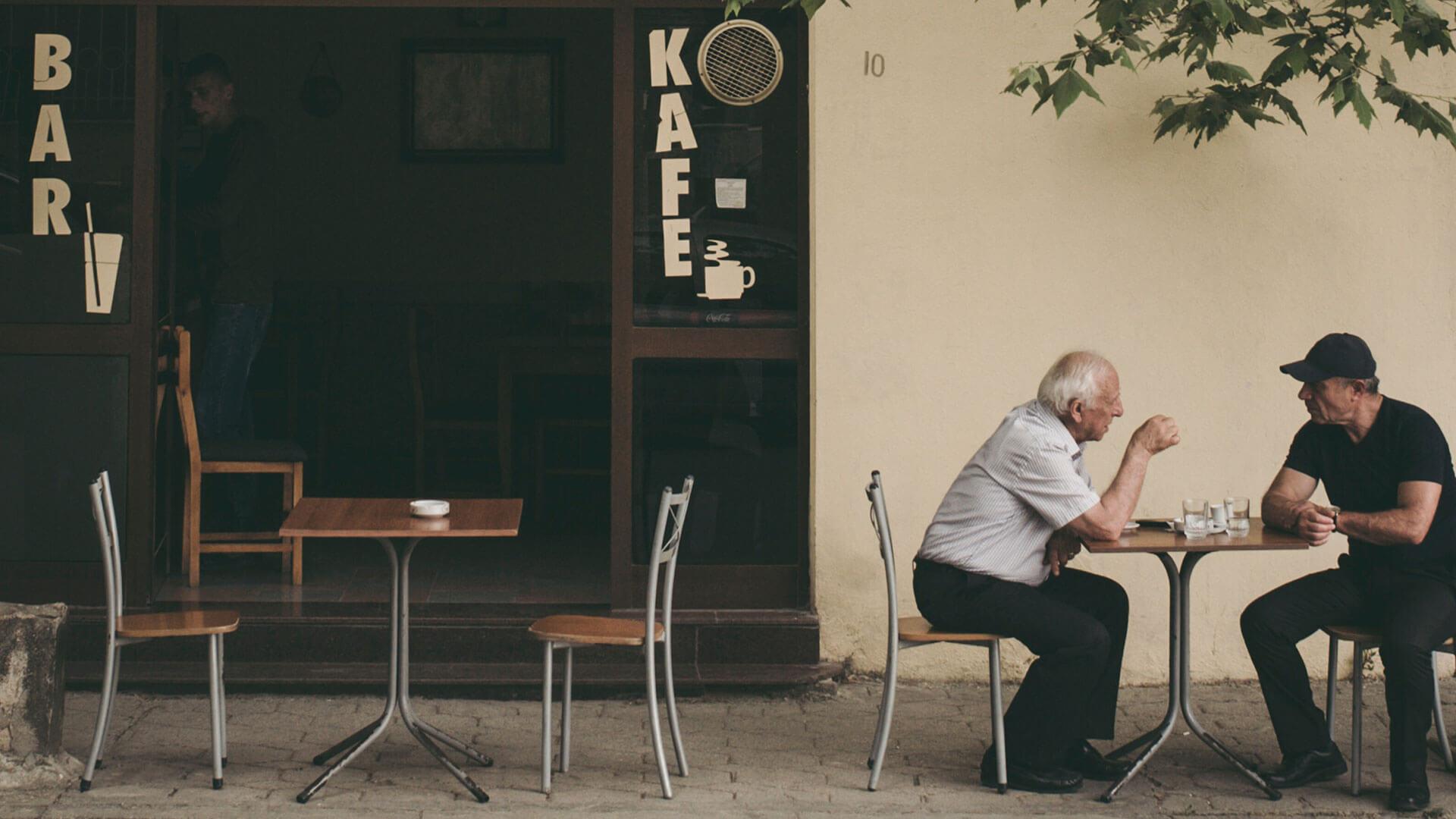 Gut Zuhören Zwei ältere Herren beim Gespräch im Café