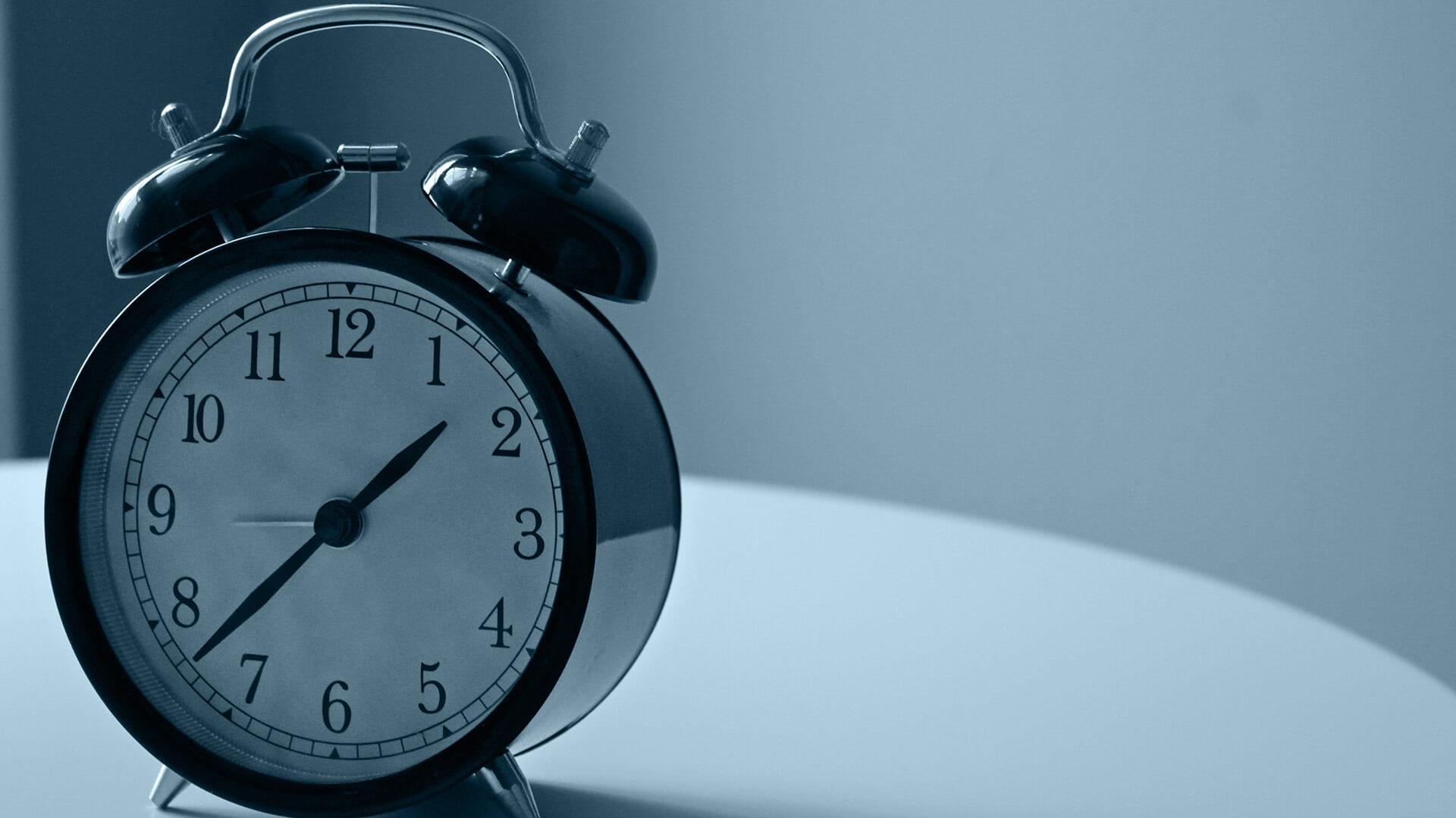 Ich habe keine Zeit: Uhr auf Tisch