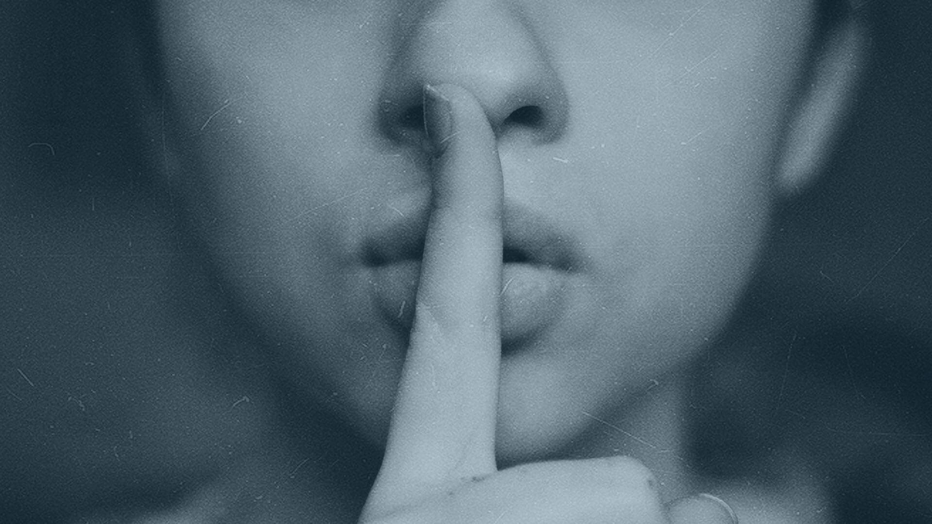 Klappe halten beim Zuhören: Frau mit Finger vor den Lippen