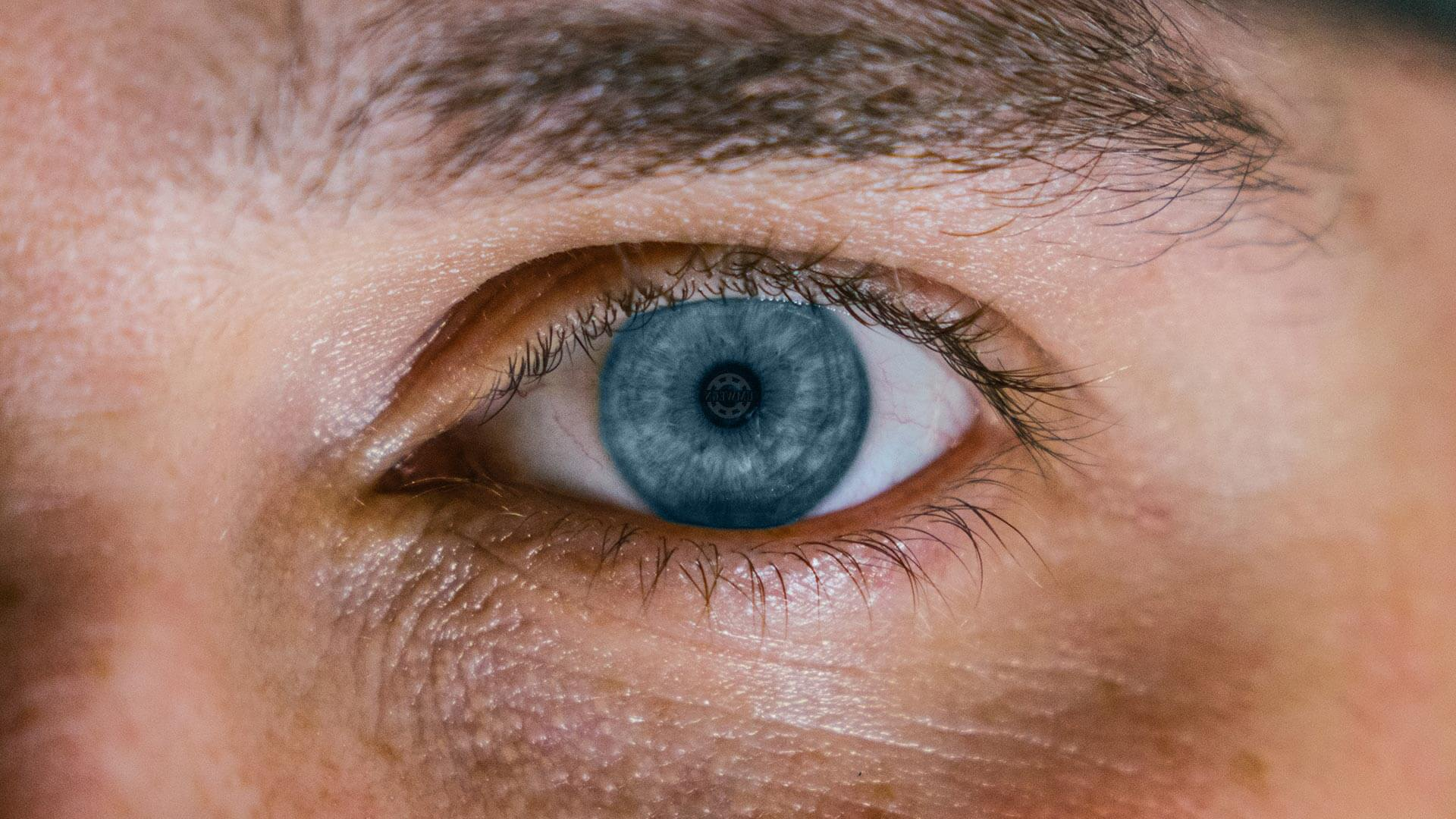 Gut Zuhören: Blaues Auge Close-up nonverbale Kommunikation