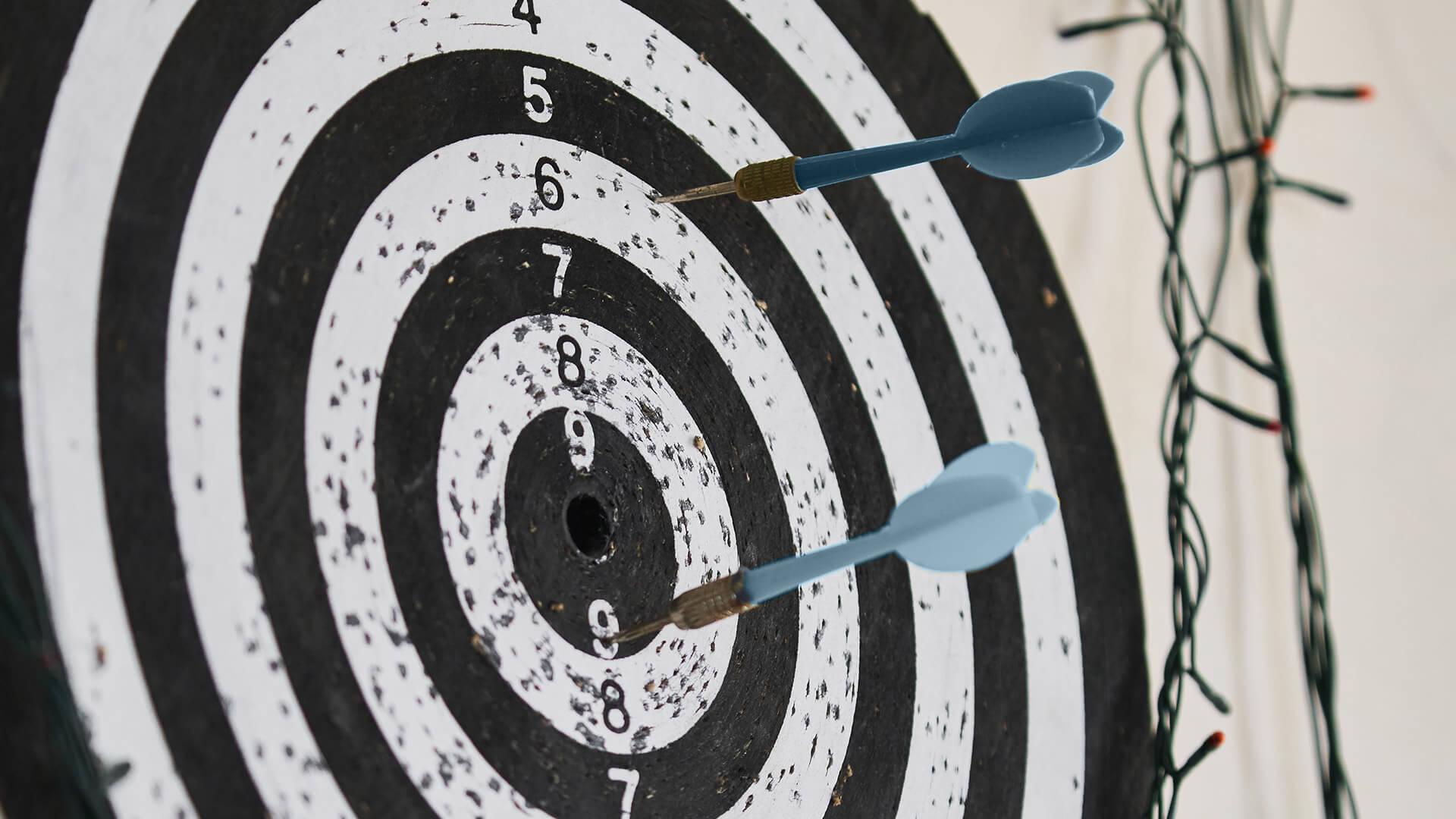 Resulstate erzielen: Dartpfeile auf Zielscheibe