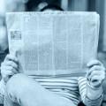 Einfältigkeit: Eine Person liest eine Zeitung