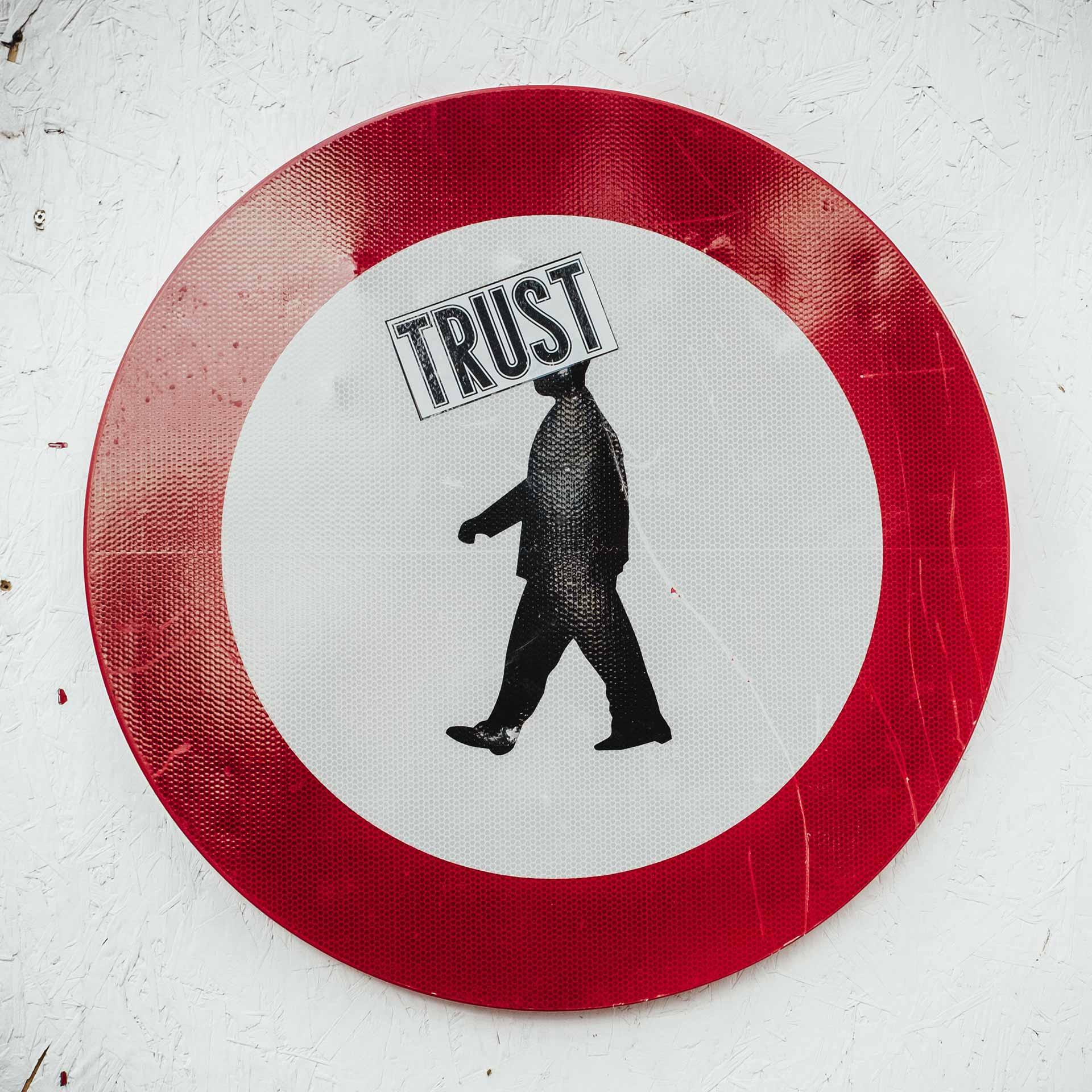 Vertrauen und Leichtgläubigkeit: Schild mit Trust Aufkleber