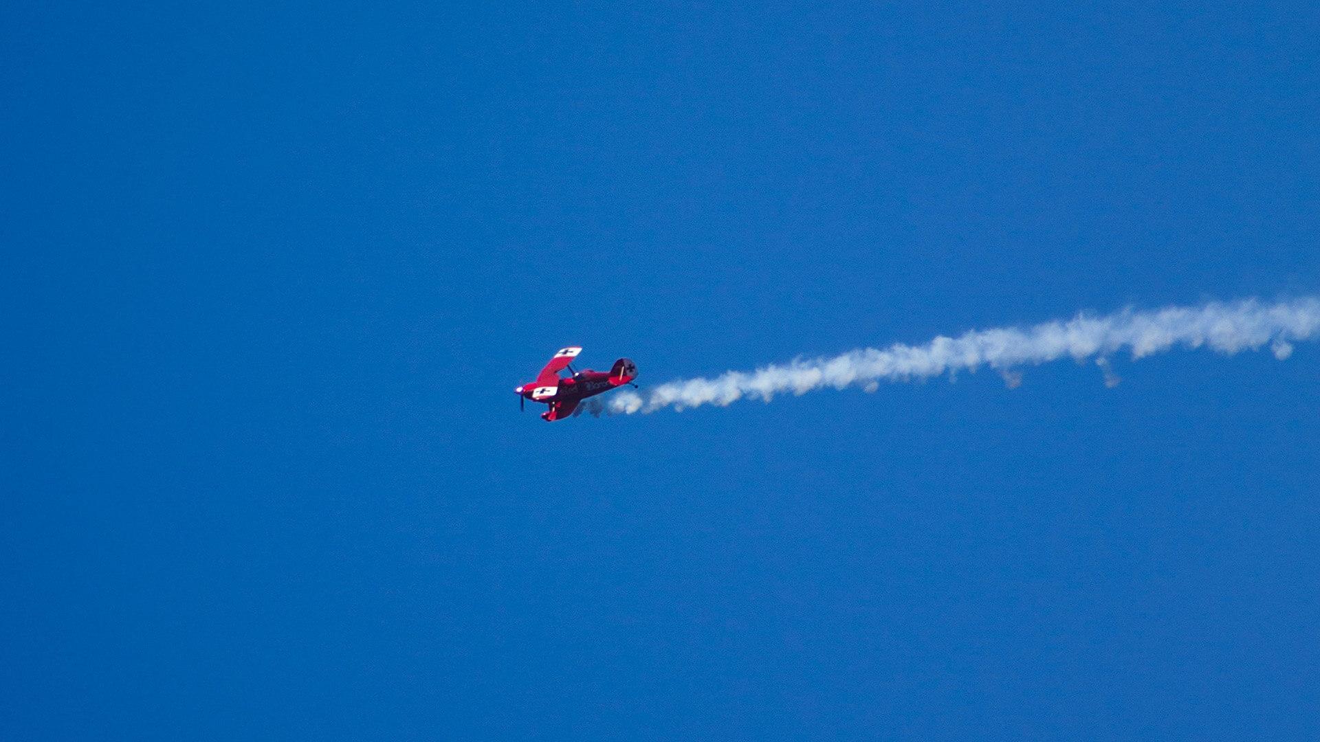 Vollgas: Flugzeug mit Rauch im Himmel
